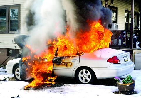 Battery charger starts car fire in Bloom. Chyvonne Druckeru0027s Ford Taurus ... & Battery charger starts car fire in Bloom   Press Enterprise Online markmcfarlin.com